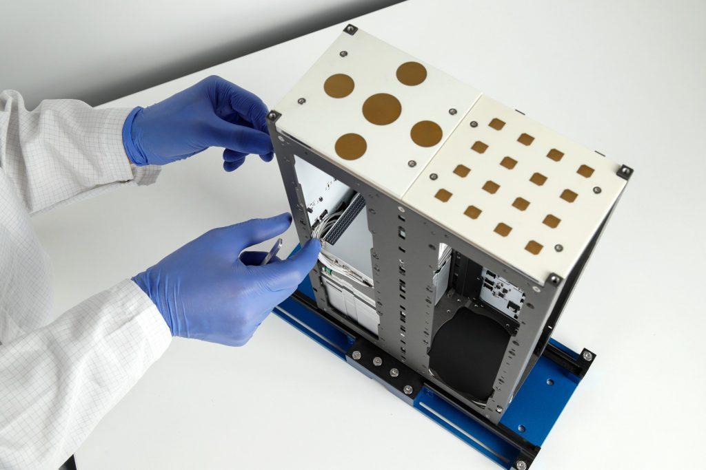 cubesat-s-band-x-band-unf-antennas-images-endurosat-01